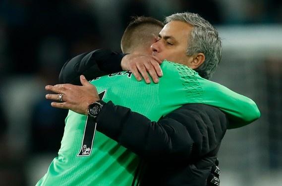 Mourinho om chat 'nguoi hung' De Gea sau tran thang hinh anh
