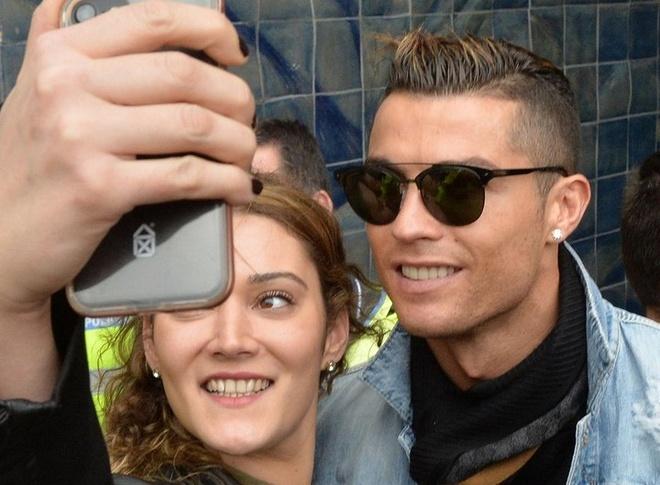 Ronaldo dua ban gai ve ra mat gia dinh hinh anh
