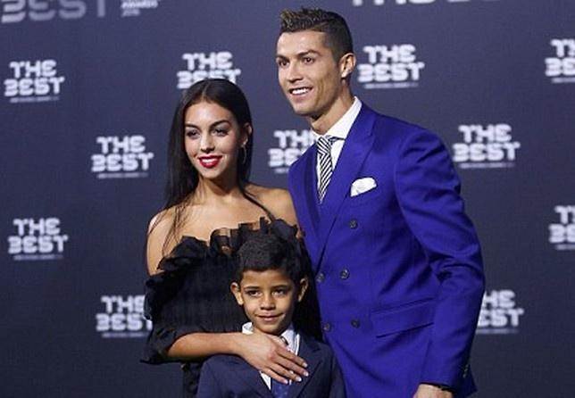 Ban gai thap tung Ronaldo den nhan giai Cau thu hay nhat hinh anh