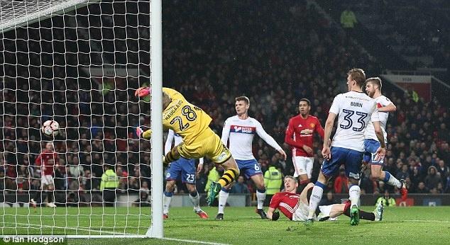 Schweinsteiger duoc Mourinho giu chan anh 6