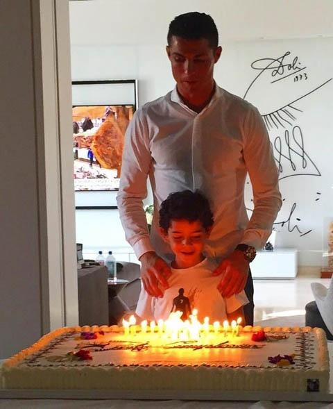 Ngo lo ban gai, Ronaldo don sinh nhat ben me va con trai hinh anh 3