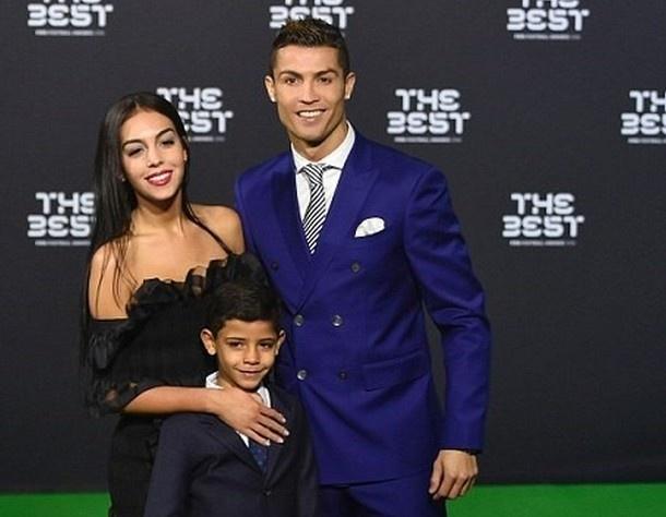 Ngo lo ban gai, Ronaldo don sinh nhat ben me va con trai hinh anh 7