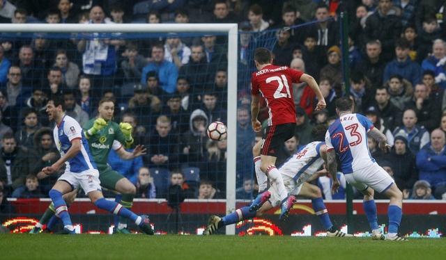 Blackburn 1-2 MU: Pogba - Ibra phoi hop ghi ban hinh anh 14