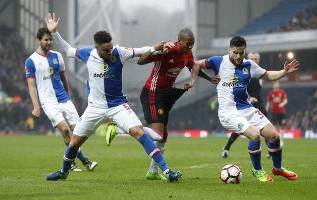 Blackburn 1-2 MU: Pogba - Ibra phoi hop ghi ban hinh anh 12
