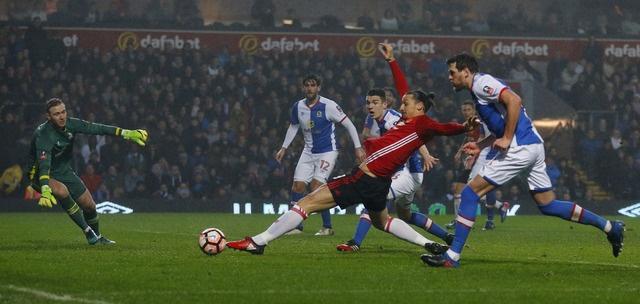 Blackburn 1-2 MU: Pogba - Ibra phoi hop ghi ban hinh anh 23