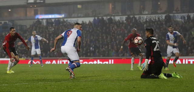 Blackburn 1-2 MU: Pogba - Ibra phoi hop ghi ban hinh anh 28