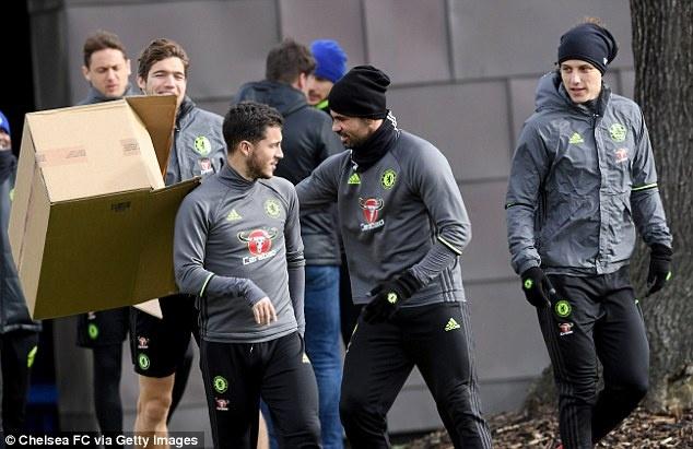 Eden Hazard bi 'danh hoi dong' tren san tap hinh anh 1