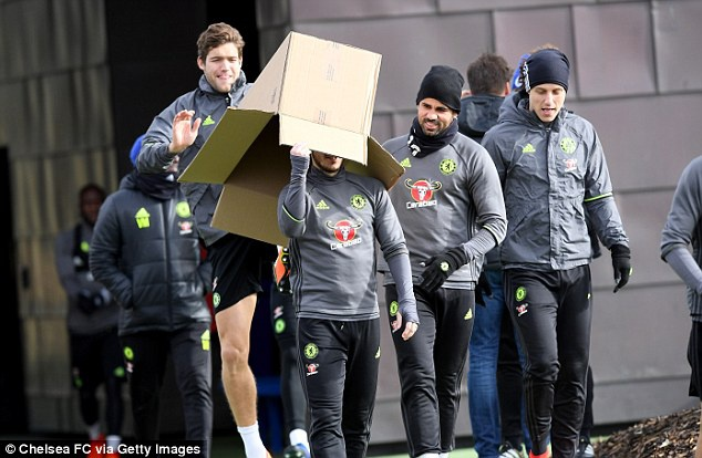Eden Hazard bi 'danh hoi dong' tren san tap hinh anh 2