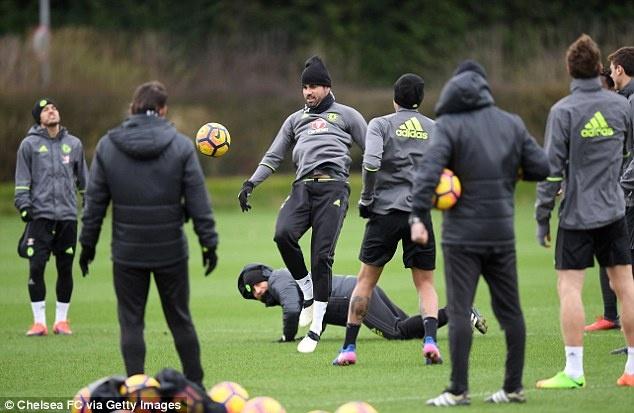 Eden Hazard bi 'danh hoi dong' tren san tap hinh anh 8