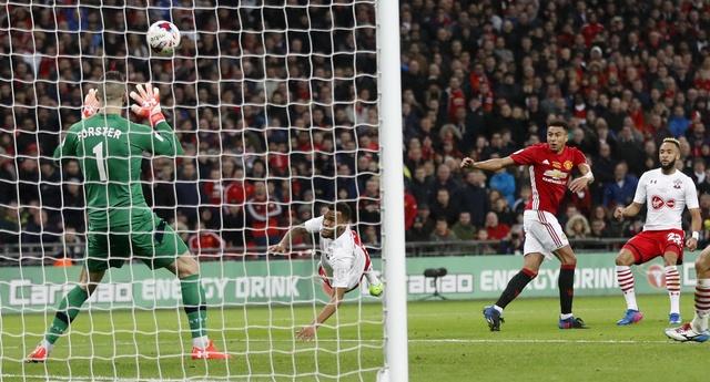 MU vs Southampton (3-2): 'Dang cuu the' Ibrahimovic hinh anh 32