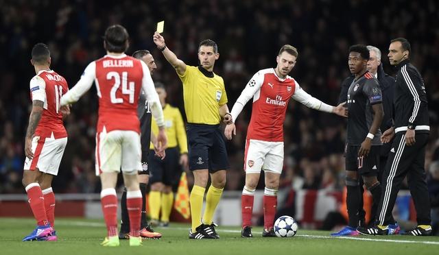 Koscielny nhan the do, Arsenal thua Bayern 2-10 sau 2 luot tran hinh anh 19