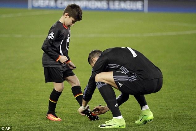 Ronaldo - sieu sao than thien voi nguoi ham mo anh 2