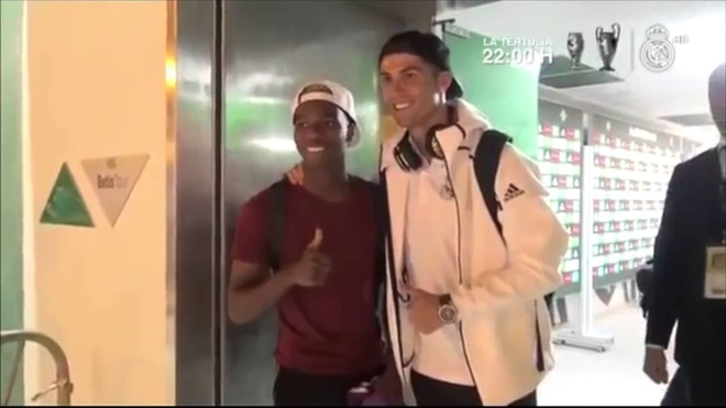 Ronaldo - sieu sao than thien voi nguoi ham mo anh 4