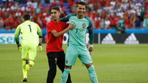 Ronaldo - sieu sao than thien voi nguoi ham mo anh 5