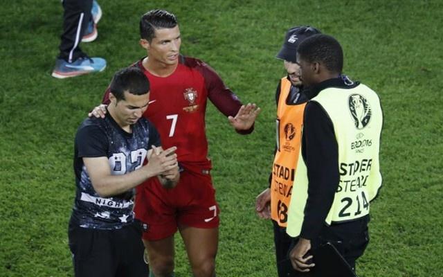 Ronaldo - sieu sao than thien voi nguoi ham mo anh 6