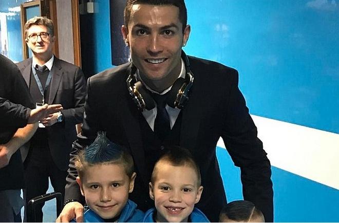 Ronaldo vui ve chup anh voi con trai doi thu hinh anh