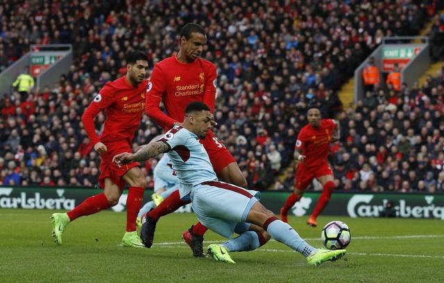 Liverpool vs Burnley (2-1): Emre Can sut xa dang cap hinh anh 15