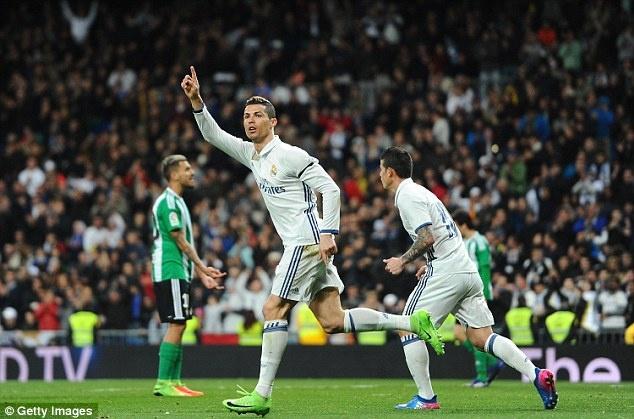 Ban gai nhin Ronaldo pha 2 ky luc anh 1