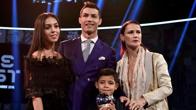 6 su that thu vi ve ban gai cua Ronaldo hinh anh 6