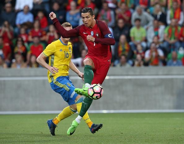 Ban gai cang thang khi xem bong da cung me Ronaldo hinh anh 6