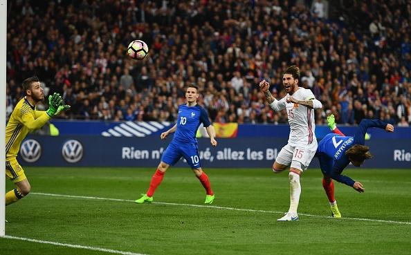 Trong tai be coi 2 lan khien Phap thua Tay Ban Nha 0-2 hinh anh 4