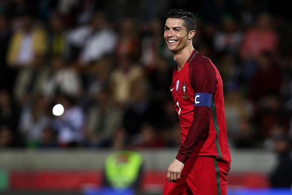 Ban gai cang thang khi xem bong da cung me Ronaldo hinh anh 7