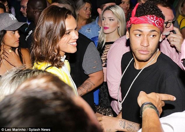 Neymar an mung ve du World Cup ben nguoi dep va ruou hinh anh 1