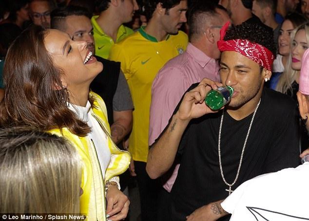 Neymar an mung ve du World Cup ben nguoi dep va ruou hinh anh 4