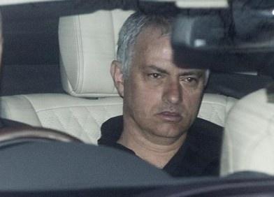 Thay tro Mourinho den san tap voi guong mat met moi hinh anh