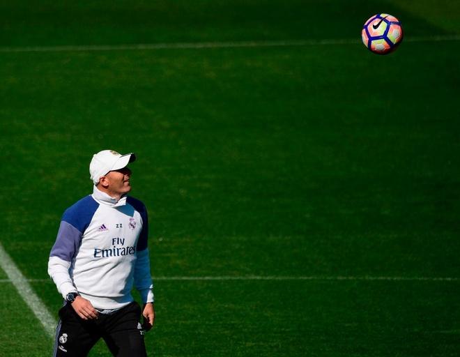 Ronaldo cung dong doi vui dua truoc derby Madrid anh 2
