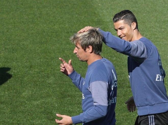 Ronaldo cung dong doi vui dua truoc derby Madrid anh 3