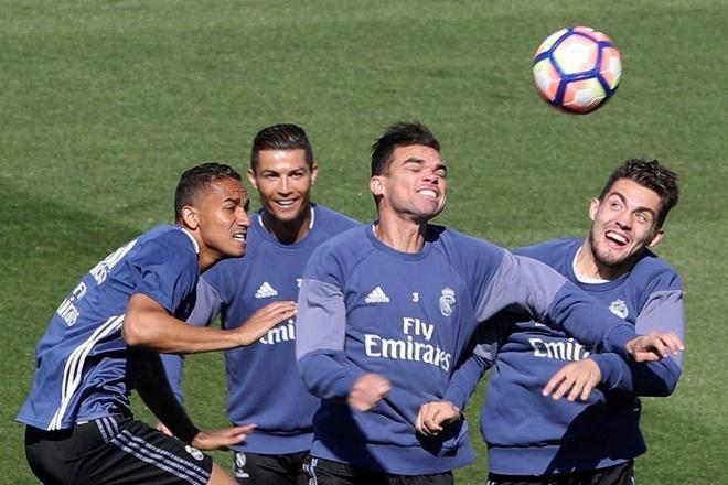 Ronaldo cung dong doi vui dua truoc derby Madrid anh 5