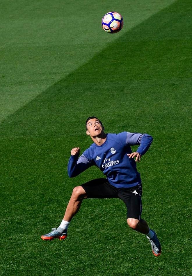 Ronaldo cung dong doi vui dua truoc derby Madrid anh 6