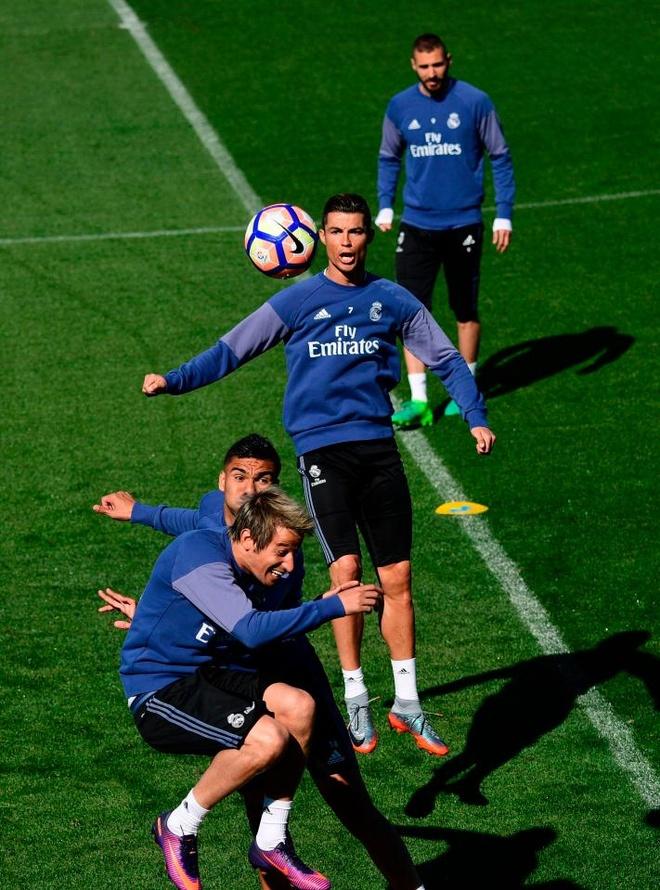 Ronaldo cung dong doi vui dua truoc derby Madrid anh 8