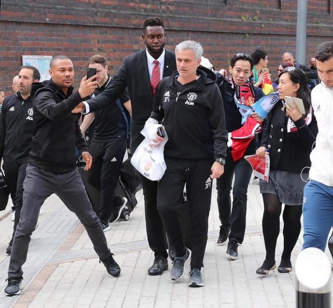 Thay tro Mourinho lo tau den London vi fan cuong hinh anh 1