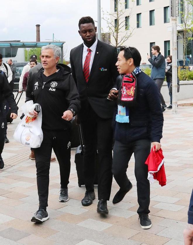 Thay tro Mourinho lo tau den London vi fan cuong hinh anh 2