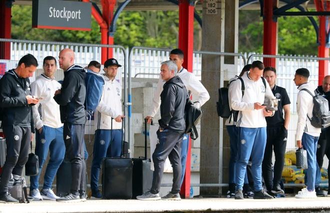 Thay tro Mourinho lo tau den London vi fan cuong hinh anh 4