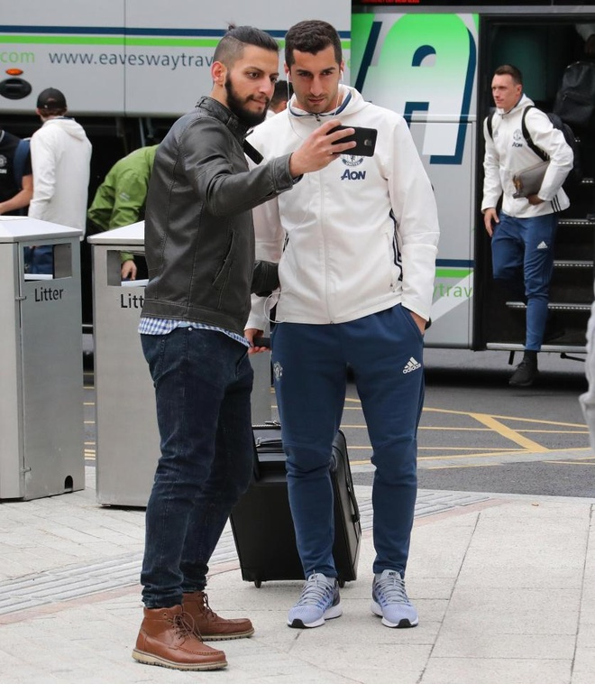 Thay tro Mourinho lo tau den London vi fan cuong hinh anh 5