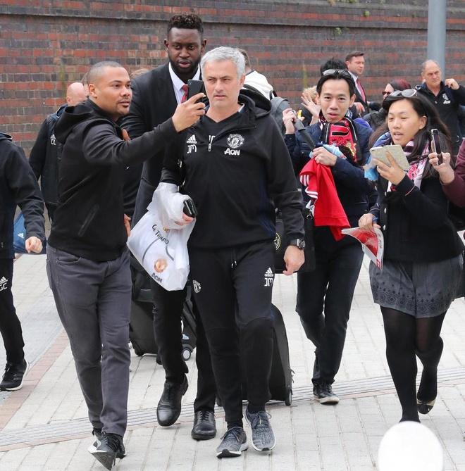 Thay tro Mourinho lo tau den London vi fan cuong hinh anh 3