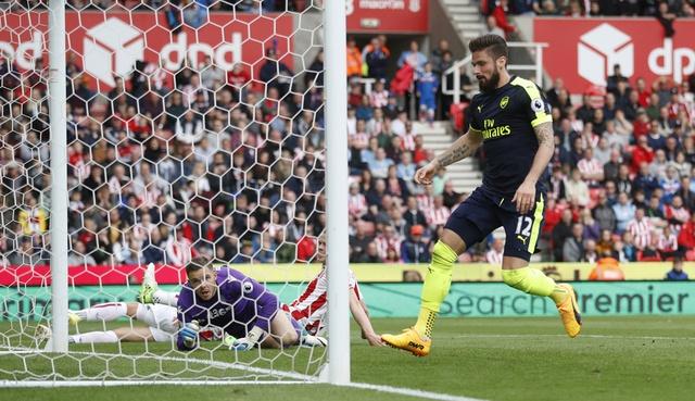 Giroud lap cu dup dua Arsenal tien sat top 4 hinh anh 13