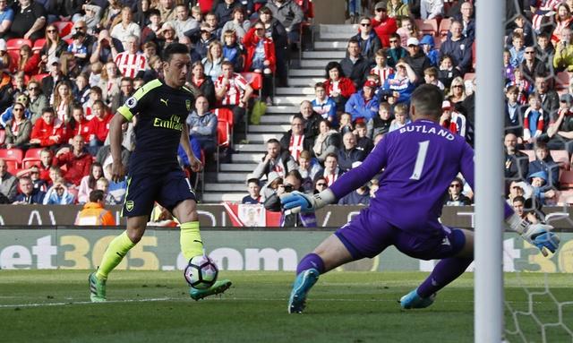 Giroud lap cu dup dua Arsenal tien sat top 4 hinh anh 16