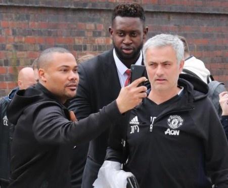 Thay tro Mourinho lo tau den London vi fan cuong hinh anh
