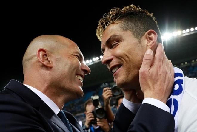 Zidane om chat Ronaldo trong ngay Real soan ngoi Barca hinh anh