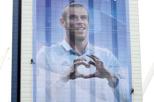 Gareth Bale khien hinh anh cua Cristiano Ronaldo sach bong o Cardiff hinh anh 4