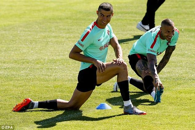 Ronaldo la lam voi mai toc moi trong buoi tap cung tuyen Bo Dao Nha hinh anh 1