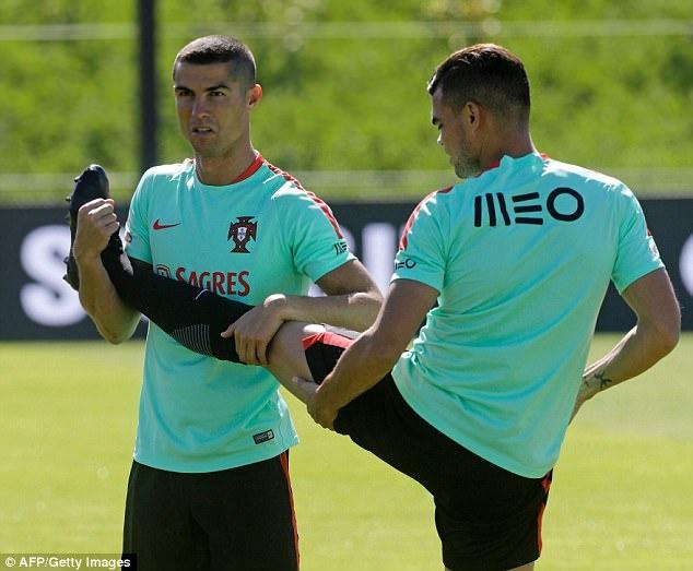 Ronaldo la lam voi mai toc moi trong buoi tap cung tuyen Bo Dao Nha hinh anh 2