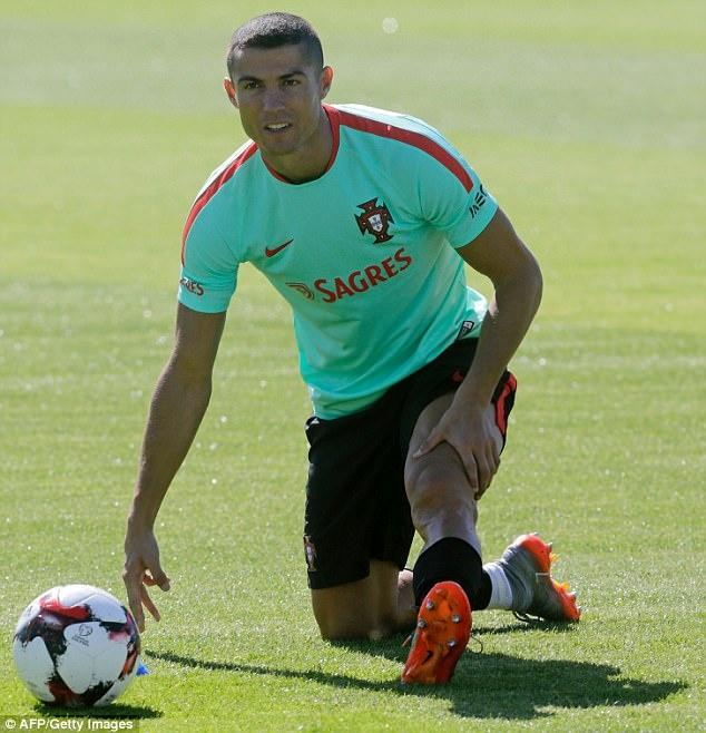 Ronaldo la lam voi mai toc moi trong buoi tap cung tuyen Bo Dao Nha hinh anh 4