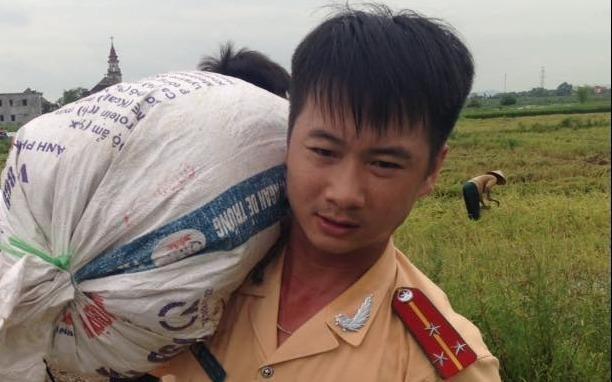 Cong an Ninh Binh loi chan dat giup dan gat lua hinh anh