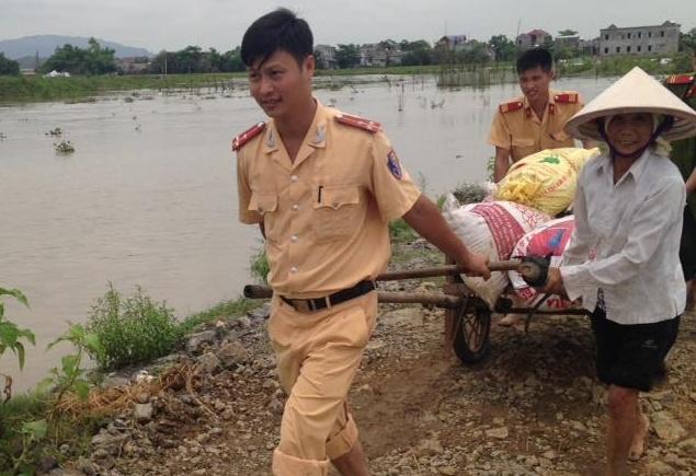 Cong an Ninh Binh loi chan dat giup dan gat lua hinh anh 3