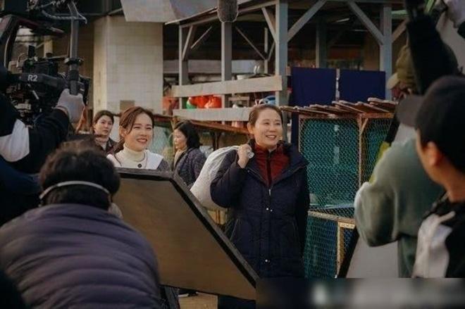 Hình ảnh quân thôn và khu chợ đặc trưng Triều Tiên được ê-kíp Crash Landing on You dàn dựng công phu, tỉ mỉ và chân thực.